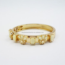 2015 China Jewelry Manufacture Chic Simple Resin Flower Gold Plated Bangle