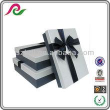 La caja de cartón de regalo ,que es grande,decorada y rectángula