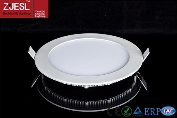 Die Lampe aus runden Platten dient als Deko und Beleuchtung in einem weißen Restaurant