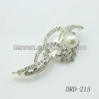 High Quality Beautiful simple design pearl rhinestone brooch scarf clip for wedding invitations