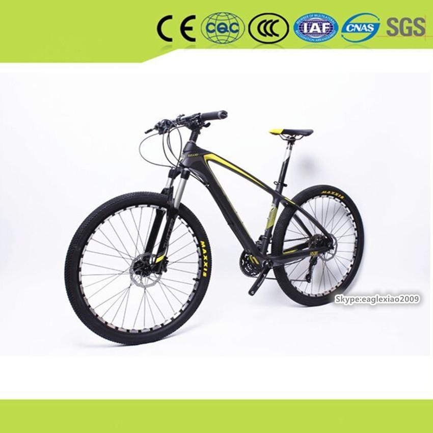 vàng hợp kim chuỗi tốc độ cao sợi carbon xe đạp leo núi đen màu vàng sơn với năng lượng mặt trời chiếu sáng ánh