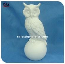de cerámica bisque búho en la bola de adorno en casa de la escultura de los animales