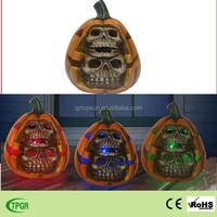 Halloween decoration polyresin artificial pumpkin with skull statue solar garden led light