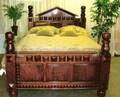 El majestuoso camas de caoba.