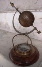 Náutico globo de bronce en el stand, antigüedad globo de bronce en soporte de madera, globos decoración de la oficina