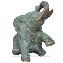 Elefante en animales de bronce del metal- una estatua de bronce