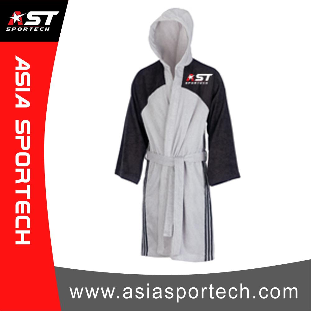 Encuadre de cuerpo entero de Boxeo Robe/Capucha. en Blanco y negro ...